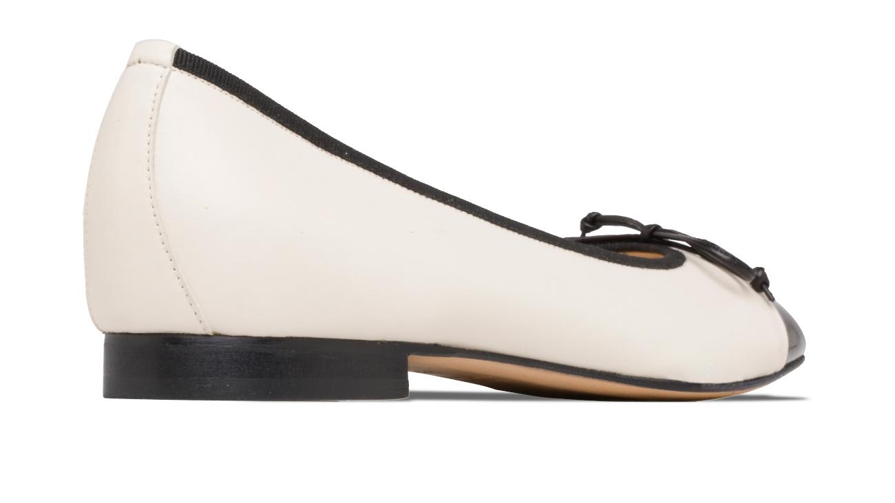 ballerine bianche con punta in vernice nera chanel 4